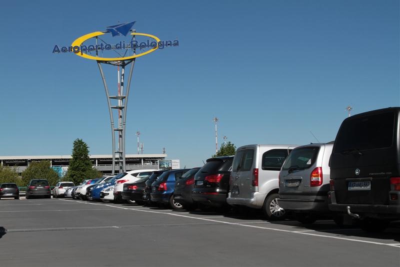 Parcheggio aeroporto con insegna